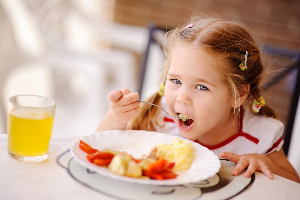 Отведите на еду полчаса. Не съел – тарелка убирается, и до следующего приема - никаких перекусов!