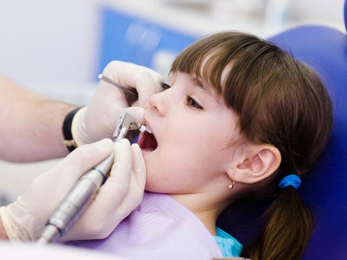 Если зубы уже начали крошиться, нельзя обойтись без стоматологической помощи.