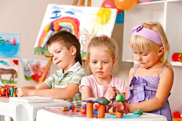 Удаленность от дома и режим работы детсада – вещи, которые проверяются в первую очередь.