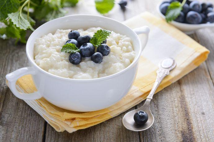 Свежая черника — вкусная добавка к завтраку, богатая витамином E.