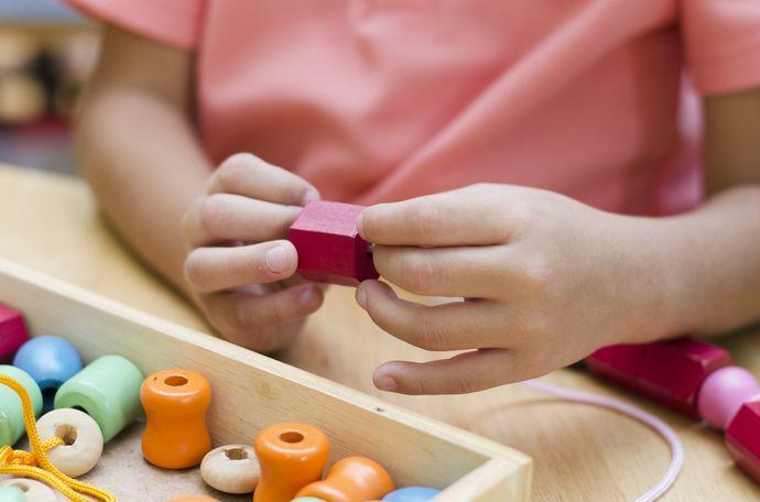 Занятия в Монтессори-классе проходят со специальными материалами и пособиями.