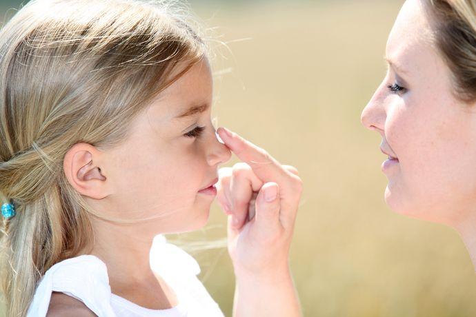 Лицо ребенка необходимо обрабатывать отдельным солнцезащитным средством.