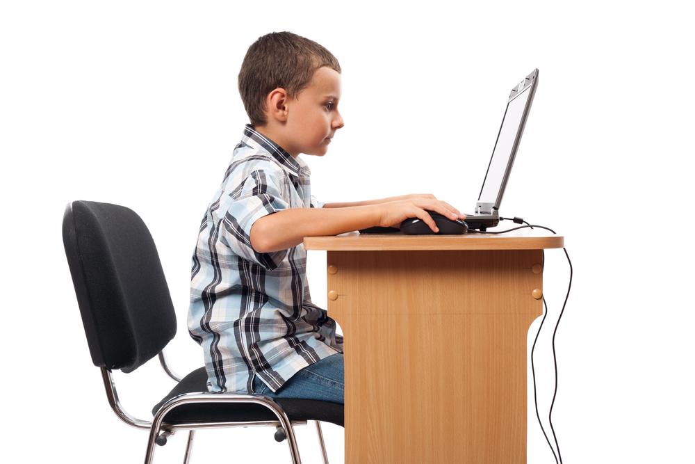 Компьютер должен стоять в центре стола, чтобы ребенку было удобно сидеть с прямой спиной.
