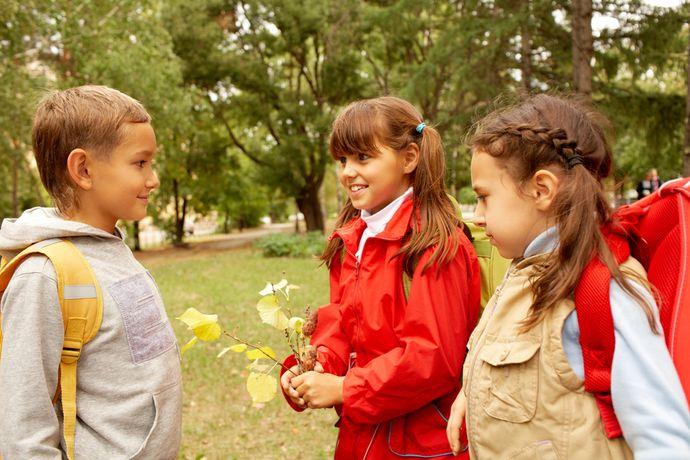 Постарайтесь обеспечить ребенку общение с одноклассниками вне школы.