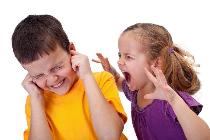 Обсуждайте с ребенком эмоциональное поведение других людей, чтобы он мог понимать ситуацию со стороны.