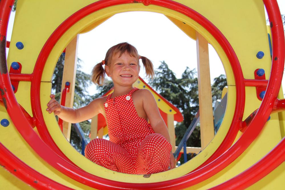 Ежедневные прогулки — главная закаливающая мера для подопечных детского сада.